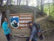 Deux touristes sur une pancarte